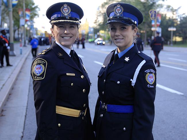 L'agente en chef et une agent spéciale en uniforme de cérémonie