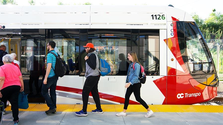 Passagers montant à bord de la Ligne 1 de l'O-Train.