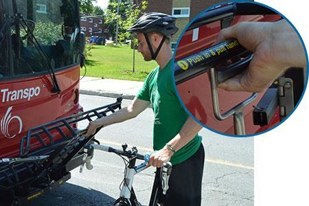 Un homme baisse le support à vélos au devant de l'autobus.