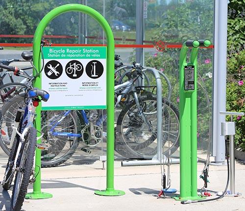 Station de réparation à côté d'un abri pour bicyclettes.