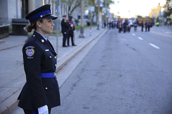 Une agente spéciale en uniforme de cérémonie