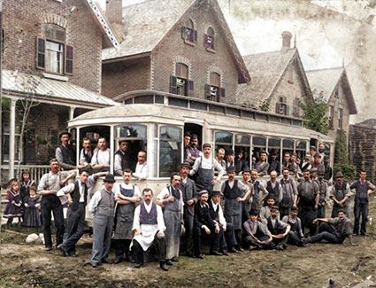 Les travailleurs de W.W. Wylie et de l'Ottawa Car Company devant le tramway « Lalla Rookh » sur la rue Slater vers 1893. Archives de la Ville d'Ottawa/CA001508