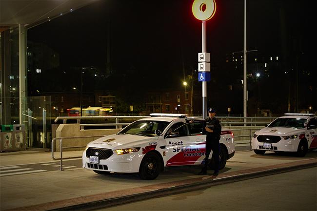 Un agent spécial à une station de l'O-Train la nuit