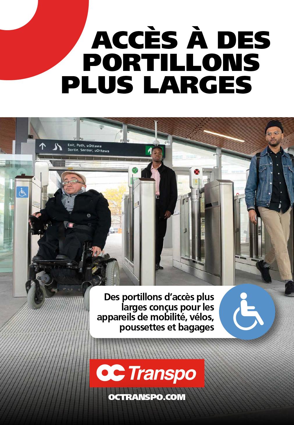 Un homme en fauteuil roulant électrique franchit un portillon d'accès plus large et accessible. Texte sur l'image : Des portillons d'accès plus larges conçus pour les appareils de mobilité, vélos, poussettes et bagages