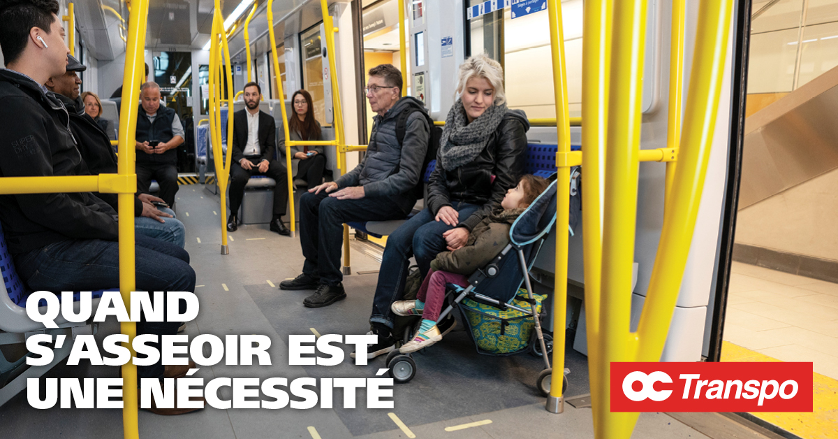 Une femme avec un enfant en poussette dans l'aire de sièges à partager. Texte sur l'image : Chaque voiture de la Ligne 1 de l'O-Ligne est dotée de quatre sections de sièges à partager