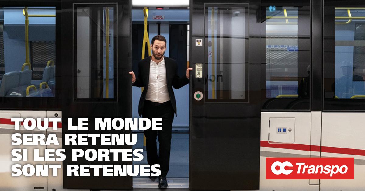 Un homme force les portes du train. Texte sur l'image : Tout le monde sera retenu si les portes sont retenues