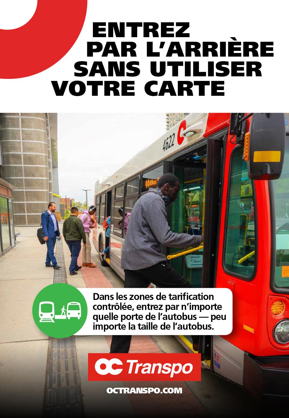 Des clients montent à bord d'un autobus de 40-pieds (plus court) en passant par les portes avant et arrière. Texte sur l'image : Entrez par l'arrière sans utiliser votre carte. Dans les zones de tarification contrôlée, entrez par n'importe quelle porte de l'autobus – peu importe la taille de l'autobus