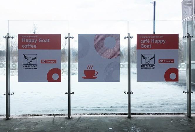 Des panneaux indiquant l'emplacement de futurs cafés Happy Goat Coffee Company