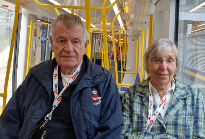 Deux aînés à bord de l'O-Train